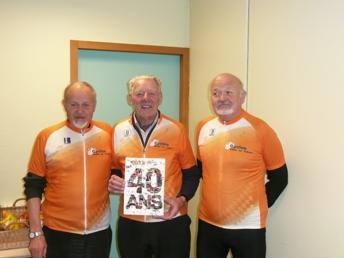Les 40 ans des C.V.T.: Félicien Missillier entre Paul et Marcel Favre, pionniers du club Cyclos de la Vallée de Thônes.